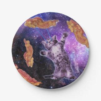 目レーザーが付いているベーコンを揚げている猫 ペーパープレート