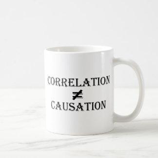 相関関係は原因に匹敵しません コーヒーマグカップ