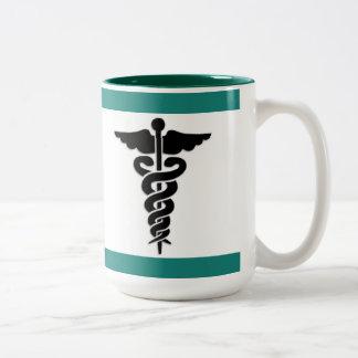 看護の医学の記号 ツートーンマグカップ
