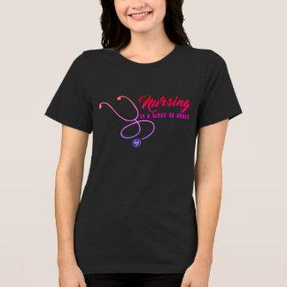 看護はハートの暗闇のTシャツの仕事です Tシャツ