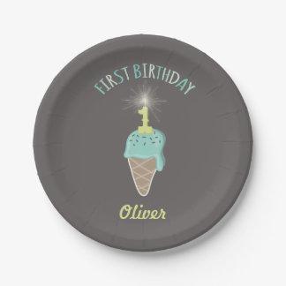 真新しいアイスクリームのキラキラ輝く物の男の子の第1誕生会 ペーパープレート