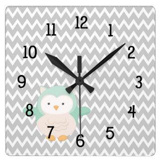 真新しい灰色のシェブロンのフクロウの時計-養樹園の寝室 スクエア壁時計