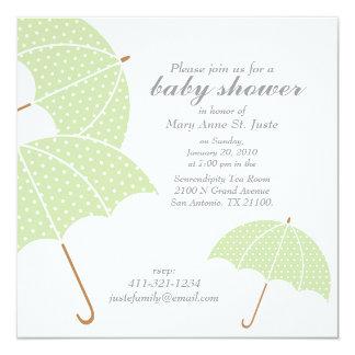 真新しい点の傘のベビーシャワーは招待を振りかけます カード