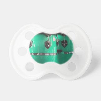 真新しい緑のコンガはphoto.jpgをドラムをたたきます おしゃぶり