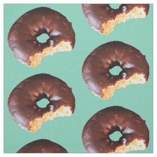 真新しい緑のチョコレートによって曇らされるイエロケーキドーナツ ファブリック