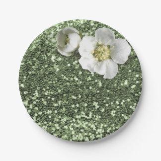 真新しい緑の緑の草木の白いジャスミンのグリッター ペーパープレート
