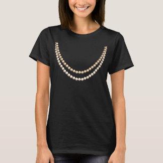 真珠でそうシック: おもしろいの擬似ネックレスのデザイン Tシャツ