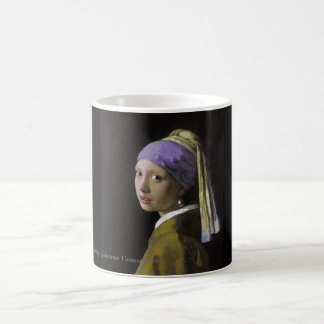 真珠のイヤリングのマグを持つ女の子 コーヒーマグカップ
