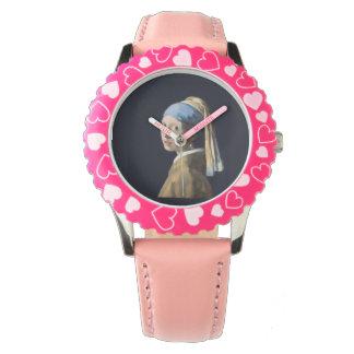 真珠のイヤリングの腕時計を持つ女の子 腕時計