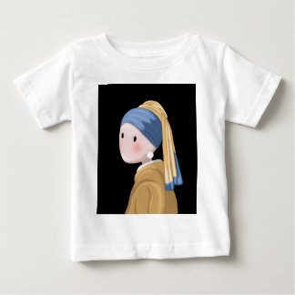 真珠のイヤリングを持つ女の子 ベビーTシャツ