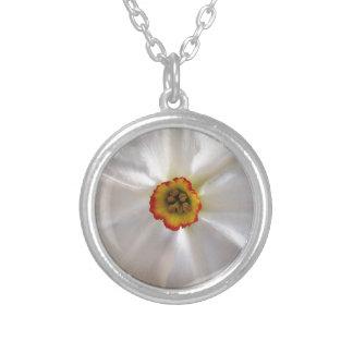 真珠の白のスイセン シルバープレートネックレス