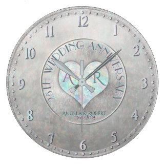 真珠の銀製のハートのモノグラムの結婚記念日 ラージ壁時計
