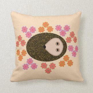 眠いハリネズミおよび花の枕 クッション