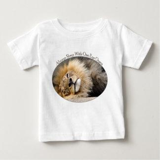 眠いライオンのまばたきのTシャツ ベビーTシャツ