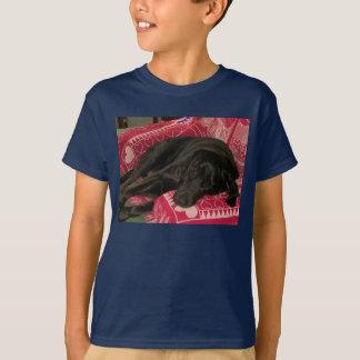 眠い犬は暗いTシャツをからかいます Tシャツ