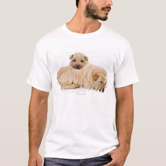 眠っているShar 2匹のPeiの子犬スタジオの打撃 Tシャツ
