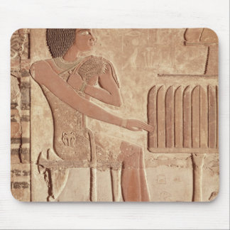 着席する故人を描写するレリーフ、浮き彫り マウスパッド