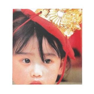着物を身に着けている日本のな小さな女の子 ノートパッド