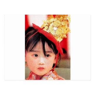 着物を身に着けている日本のな小さな女の子 ポストカード
