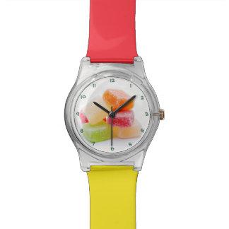 着色されたゼリーの正方形の菓子 腕時計