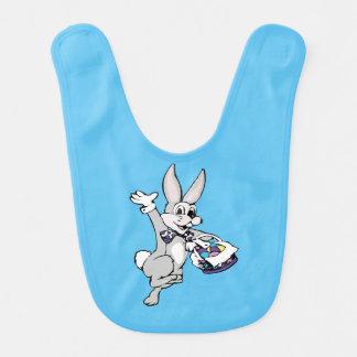 着色された卵のバスケットのハッピーイースターのイースターのウサギ ベビービブ