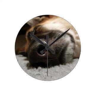 睡眠のジャーマン・シェパードの柱時計 ラウンド壁時計