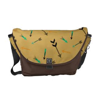矢のグラフィックアートのメッセンジャーバッグ メッセンジャーバッグ