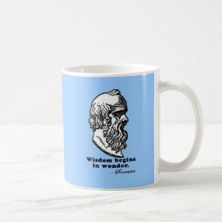 知恵は驚異Socratesの引用文のTシャツで始まります コーヒーマグカップ