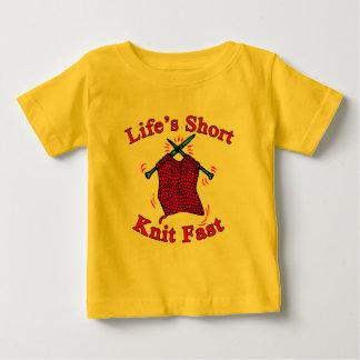 短い生命はデザインを編む速いおもしろいを編みます ベビーTシャツ