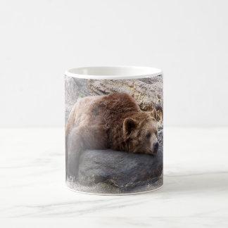 石で休んでいる灰色グマ コーヒーマグカップ