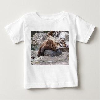 石で休んでいる灰色グマ ベビーTシャツ