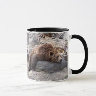 石で休んでいる灰色グマ マグカップ