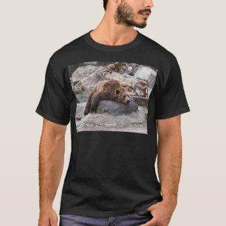 石で休んでいる灰色グマ Tシャツ