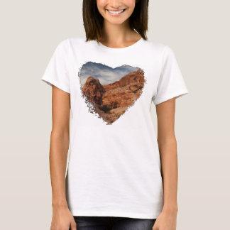 石で切り分けられる Tシャツ