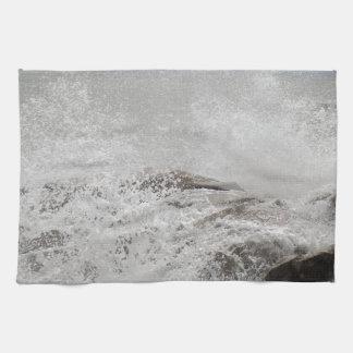 石で壊れる波 キッチンタオル