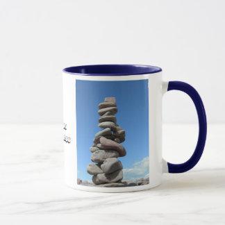 石のバランスをとる感謝の社会のメンバー マグカップ