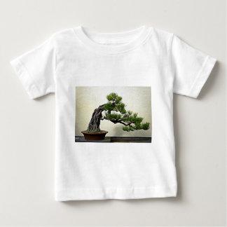 石のマツ盆栽の木上の根 ベビーTシャツ