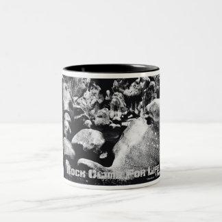 石の上昇 ツートーンマグカップ