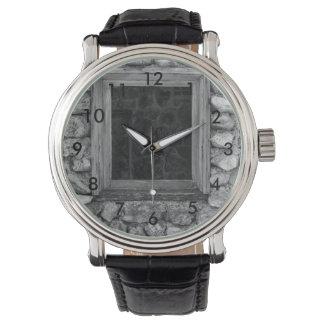 石の壁の窓のグレースケール 腕時計