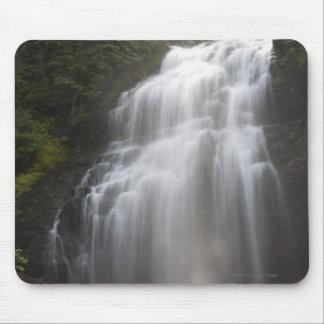 石の崖の下で流れる滝 マウスパッド