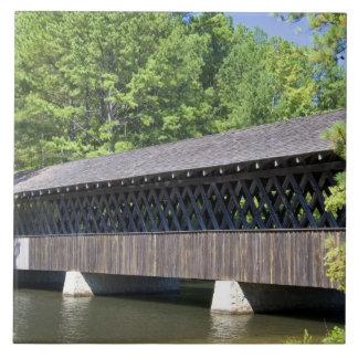石の石造り山の屋根付橋 タイル