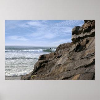 石の近くの単独サーファー ポスター