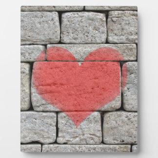 石塀の赤い落書きのハート フォトプラーク