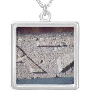 石工の楽器を描写するレリーフ、浮き彫り シルバープレートネックレス