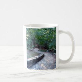 石造りの通路の東のリッジの道のAmicalolaの滝のマグ コーヒーマグカップ
