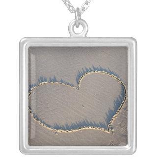 砂で描かれるハートの形 シルバープレートネックレス