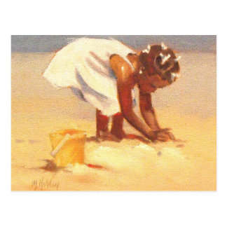 砂で遊んでいるかわいい小さな女の子 ポストカード