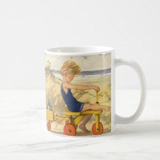 砂のおもちゃが付いているビーチで遊んでいるヴィンテージの男の子 コーヒーマグカップ
