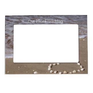 砂のビーチの貝のハート マグネットフレーム