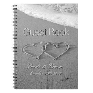 砂のビーチ結婚式の来客名簿のロマンチックなハート ノートブック